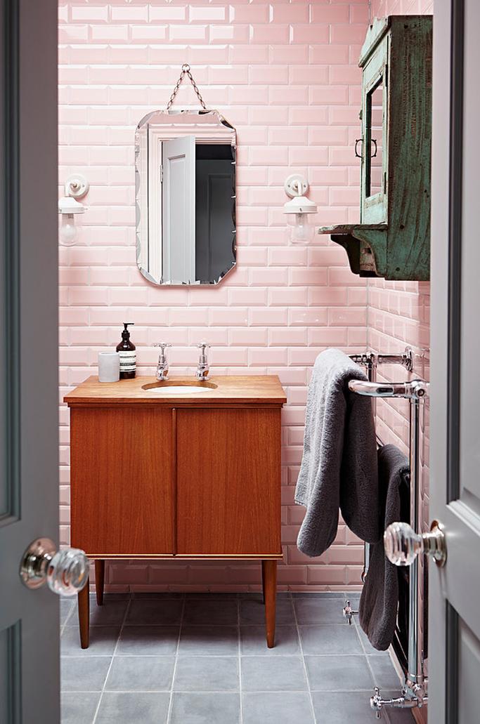 Blush pink bathroom with vintage accents tile mountain for Pintura de interiores precios